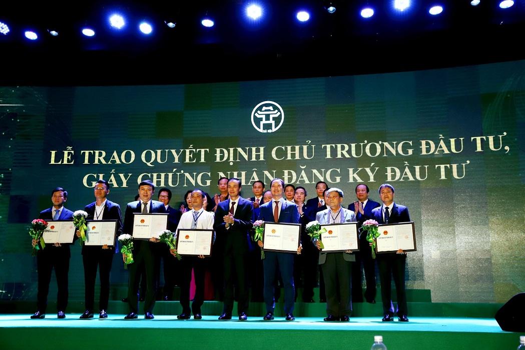 Đại diện chủ đầu tư ông Nguyễn Nhật Tân (đứng đầu tiên từ phải sang) – Phó Tổng Giám đốc công ty nhận giấy chứng nhận